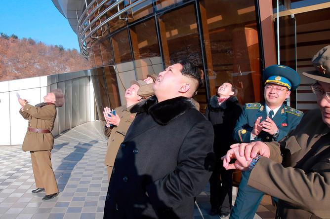 Северокорейский лидер Ким Чен Ын наблюдает запуск ракеты-носителя
