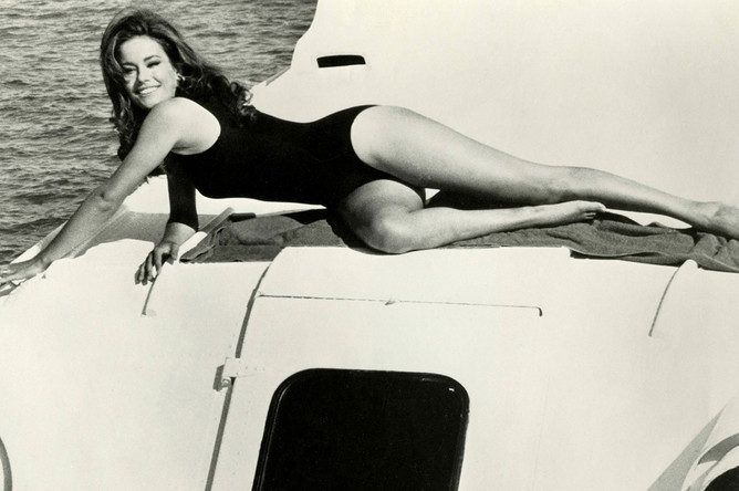 Актриса Клодин Оже в сцене из фильма про Джеймса Бонда «Шаровая молния» (1965)