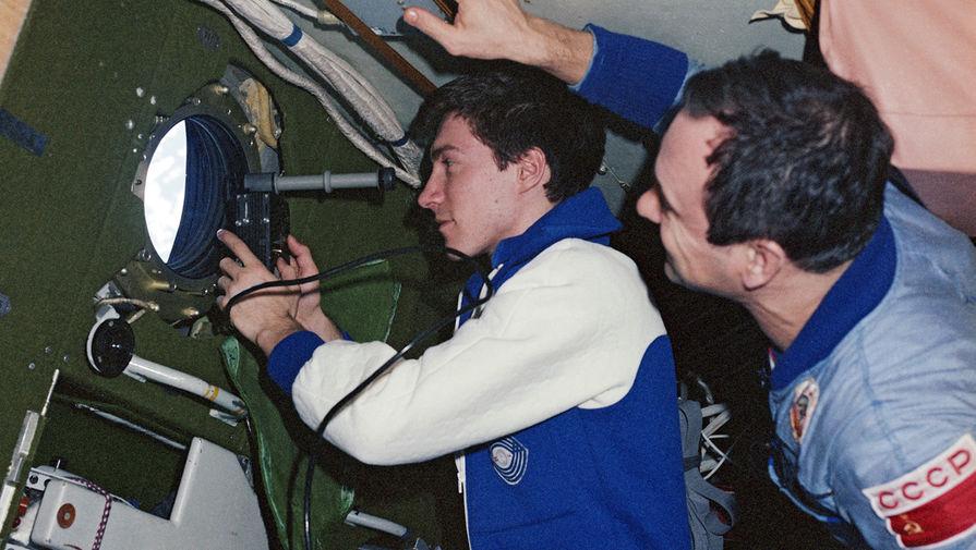 Космонавт Сергей Константинович Крикалев (слева) и врач Валерий Владимирович Поляков проводят наблюдение за поверхностью Земли с помощью «Спектрометра», 1989 год