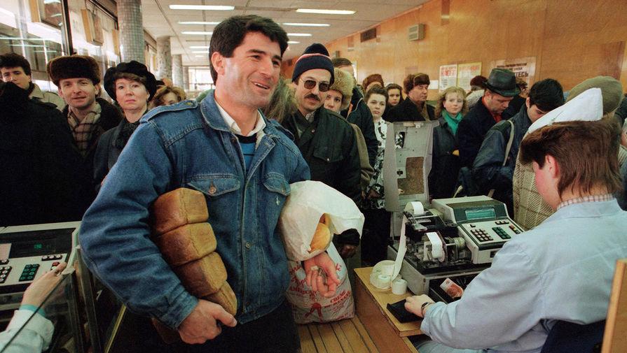 Покупатель с хлебом в магазине в Москве накануне повышения цен, 1 апреля 1991 года