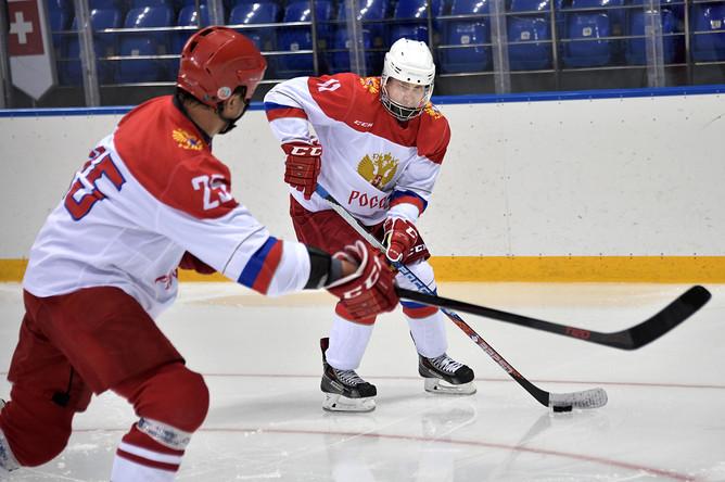 Президент РФ Владимир Путин во время хоккейной тренировки на олимпийском стадионе «Шайба», 30 апреля 2017 года