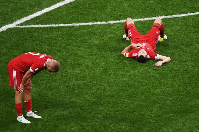 Слева направо: Игорь Смольников и Виктор Васин (Россия) во время матча Кубка конфедераций – 2017 по футболу между сборными Мексики и России, 24 июня 2017 года