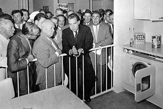 «Покажем кузькину мать»: как Хрущев пугал Никсона на кухне