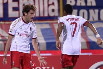 Андреа Поли и Робиньо празднуют гол в ворота «Болоньи»