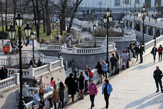 Люди гуляют на Манежной площади