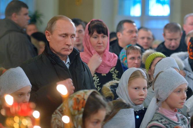 Президент России Владимир Путин принимает участие в рождественском богослужении в храме Покрова Пресвятой Богородицы в селе Тургиново Тверской области
