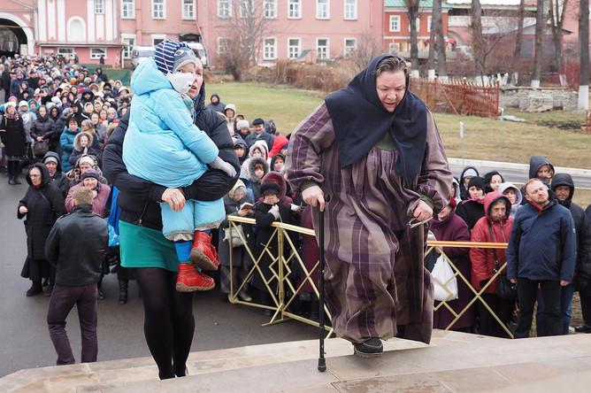 Верующие во время поклонения мощам крымского святителя Луки Войно-Ясенецкого в Донском монастыре