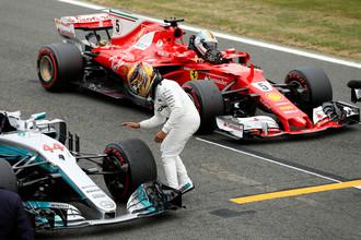 Льюис Хэмилтон празднует победу в квалификации на Гран-при Великобритании