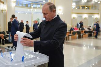 Президент России Владимир Путин на избирательном участке в единый день голосования, 18 сентября 2016 года