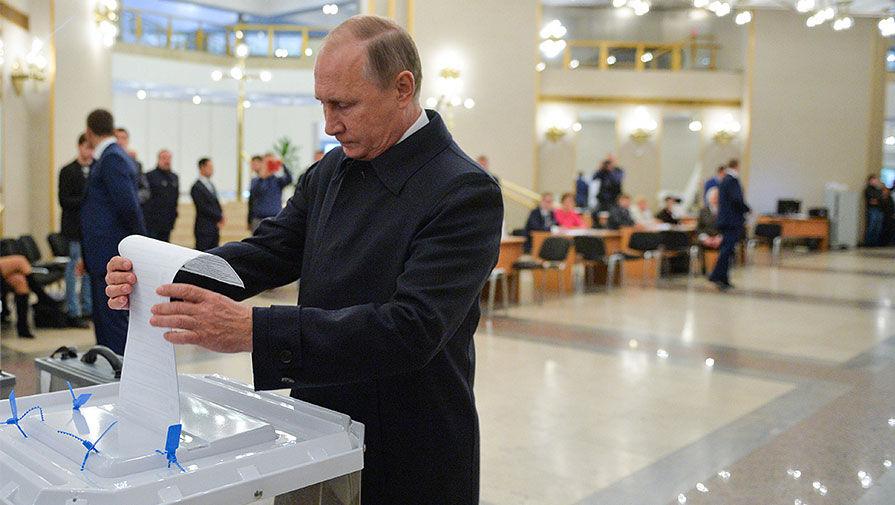 Президент России Владимир Путин на избирательном участке в единый день голосования, 18 сентября 2016...