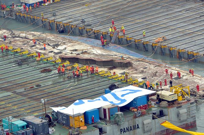 Работы по подъему затонувшего парома «Севоль», 23 марта 2017 года