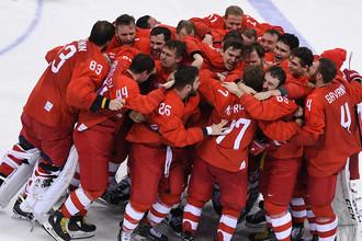 Российские хоккеисты радуются победе в финальном матче Россия- Германия по хоккею среди мужчин на XXIII зимних Олимпийских играх