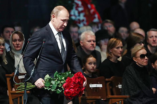 Президент России Владимир Путин во время церемонии прощания с Олегом Табаковым в МХТ имени Чехова, 15 марта 2018 года