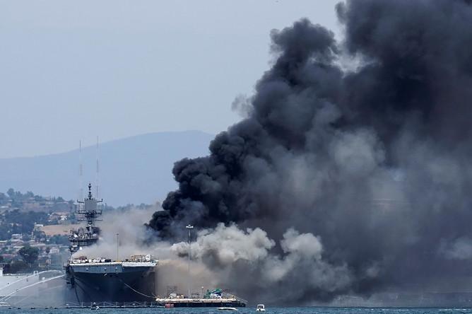 Во время пожара на борту Bonhomme Richard в Сан-Диего, США, 12 июля 2020 года