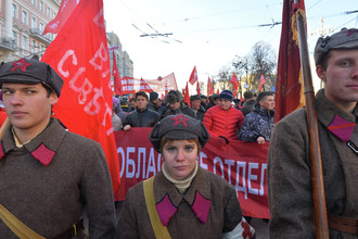 Участники шествия и митинга в Москве, посвященного 98-й годовщине Великой Октябрьской социалистической революции, 2015 год