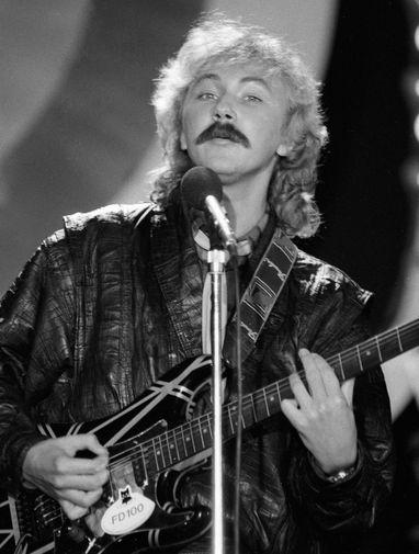 Композитор и певец Игорь Николаев выступает на совместной музыкальной передаче ТАСС-Гостелерадио СССР «Точное попадание», 1988 год