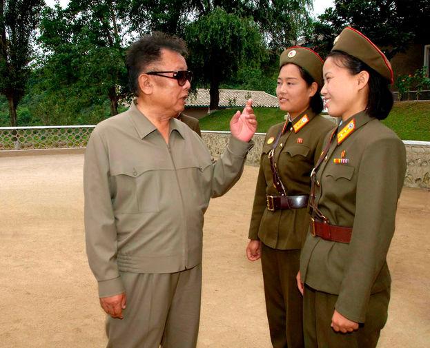 Ким Чен Ир и женщины-военнослужащие, снимок без даты опубликован в 2008 году