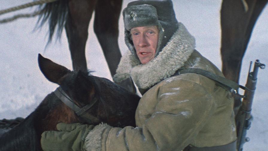 <b>&laquo;Горячий снег&raquo; (1972)</b> <br>Фильм рассказывает о сражении на подступах к Сталинграду, когда гитлеровские войска пытались прорвать блокаду группировки Паулюса. Многие эпизоды картины были сняты в Новосибирске. Режиссер-фронтовик хотел приблизить условия снежной и холодной зимы, какой она действительно была в год Сталинградской битвы