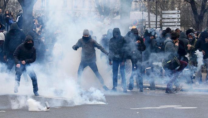 Столкновения молодежи с французской полицией во время демонстрации против полицейской жестокости в...