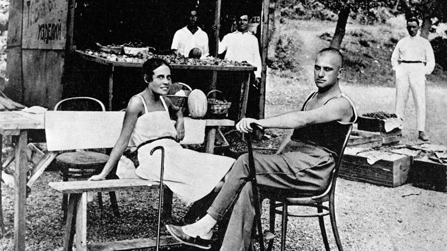 Поэт Владимир Маяковский и Лиля Брик на отдыхе в Крыму, 1926 год