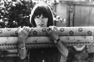 Мэри Куант с рулонами ткани, 1974 год