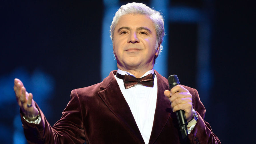 Певец Сосо Павлиашвили выступает на концерте «25 лет тишины», посвященном памяти певца Игоря Талькова, в Государственном Кремлевском дворце, 2016 год