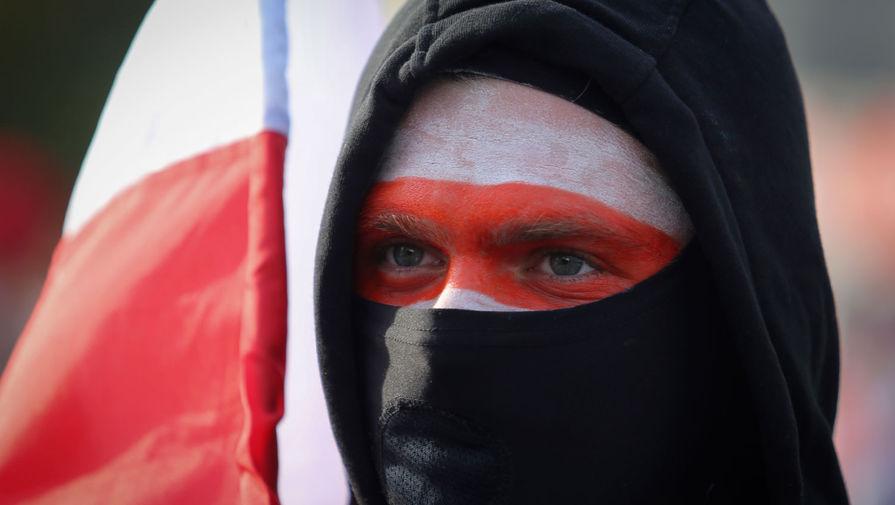 Участник марша «За свободу политзаключенных» в Минске, 4 октября 2020 года