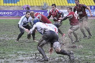 Порой в России приходится играть в регби на таких полях