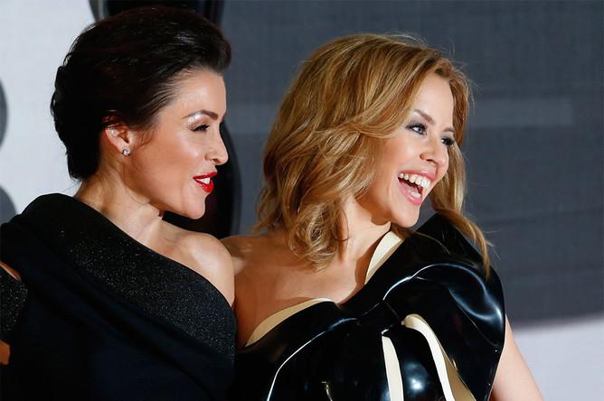 Сестры Данни и Кайли Миноуг перед началом церемонии вручения музыкальных наград Brit Awards в Лондоне