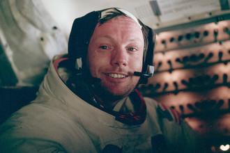 Первым человеком, ступившим на Луну, стал Нил Армстронг. Это произошло 21 июля, в 2.56:15 UTC. Через 15 минут к нему присоединился Олдрин