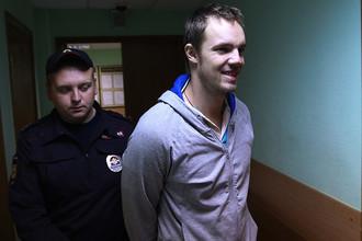 Дмитрий Ишевский (справа), обвиняемый по делу о беспорядках на Болотной площади 6 мая 2012 года, перед оглашением приговора в Замоскворецком суде