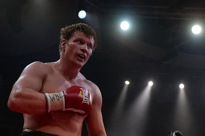 Александр Поветкин ведет бой против Карлоса Такама за титул WBC Silver