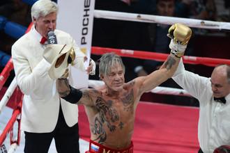 Чего у Микки Рурка не отнять в его 62 года — так это хорошей физической формы
