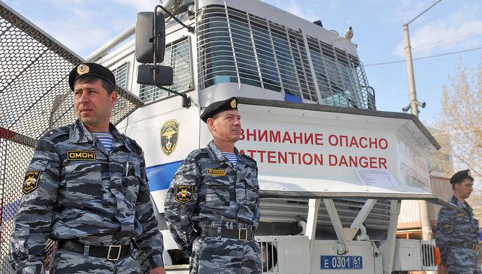 Сотрудники правоохранительных органов ожидают проверки технического средства во время строевого смотра личного состава и техники аппарата ГУ МВД по Ростовской области