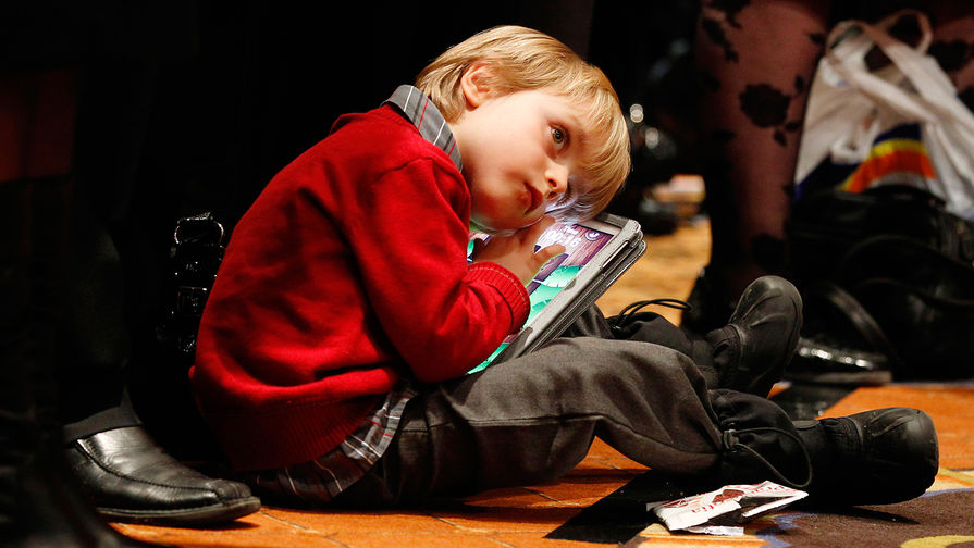 an argument against children spending too much time on gadgets Task 2 ielts sample writing: that spending too much time in front if the tv appertaining to the length of time their children utilize those gadgets.