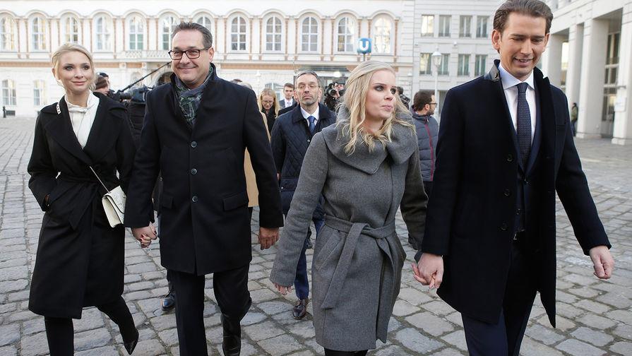 Лидер Австрийской партии свободы Хайнц-Кристиан Штрахе (второй слева) и канцлер Австрии Себастьян...
