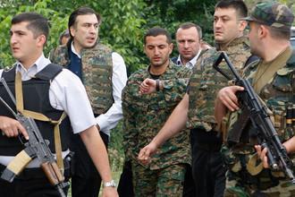 Президент Грузии Михаил Саакашвили и министр обороны Давид Кезерашвили во время инспекции войск около Цхинвала, 10 августа 2008 года