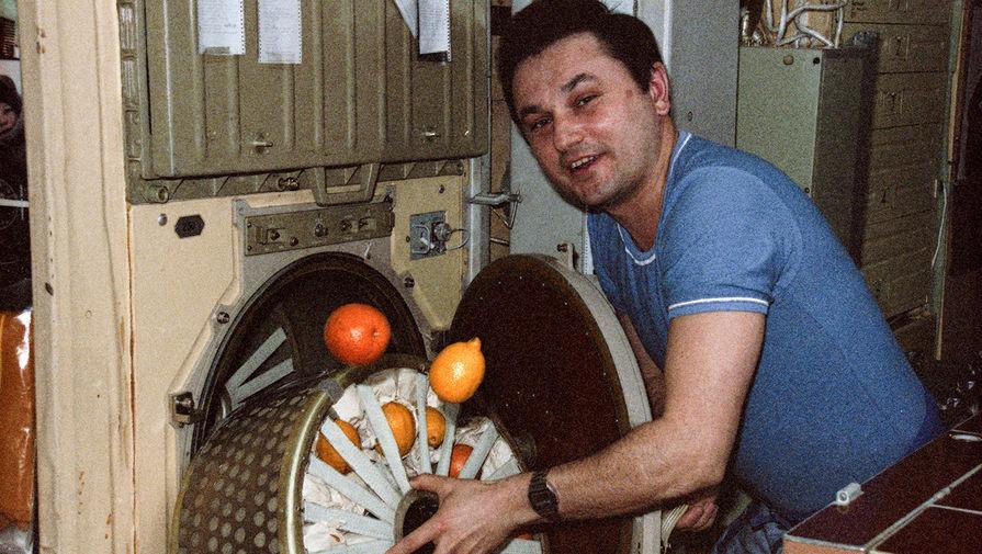 Загрузка продуктов в бортовой холодильник на орбитальной станции «Мир», 1988 год