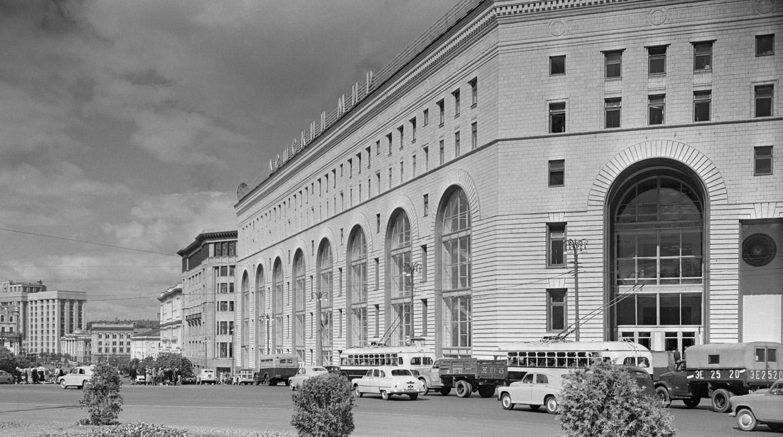 1 июля 1957 года. Магазин «Детский мир» на площади Дзержинского