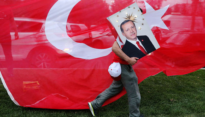 Портрет президента Турции Реджепа Тайипа Эрдогана перед офисом правящей Партии справедливости и развития в Стамбуле, 24 июня 2018 года