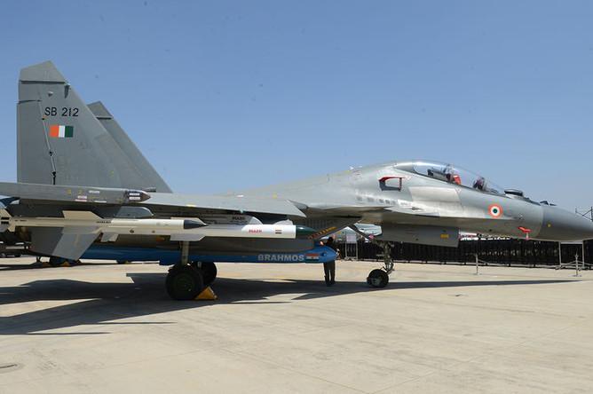 Многофункциональный двухместный истребитель Су-30МКИ с передним горизонтальным оперением и двигателем с отклоняемым вектором тяги (АЛ-31ФП), с БРЭО производства в рамках международной кооперации Россия-Франция-Израиль-Индия, с новой БРЛС Н011М с пассивной фазированной антенной решеткой и расширенным составом вооружения класса «воздух-воздух» и «воздух-поверхность».