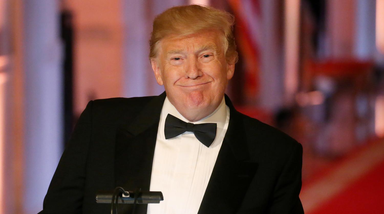 Трампа восхитил участник митинга в костюме кирпичной стены