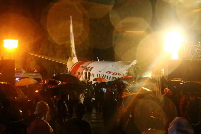 Спасательная операция в аэропорту города Кожикоде на месте крушения пассажирского самолета авиакомпании Air India Express после посадки, 7 августа 2020 года