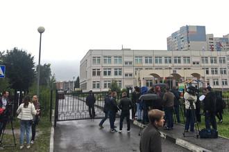 Журналисты около школы в Ивантеевке после инцидента со стрельбой, 5 сентября 2017 года