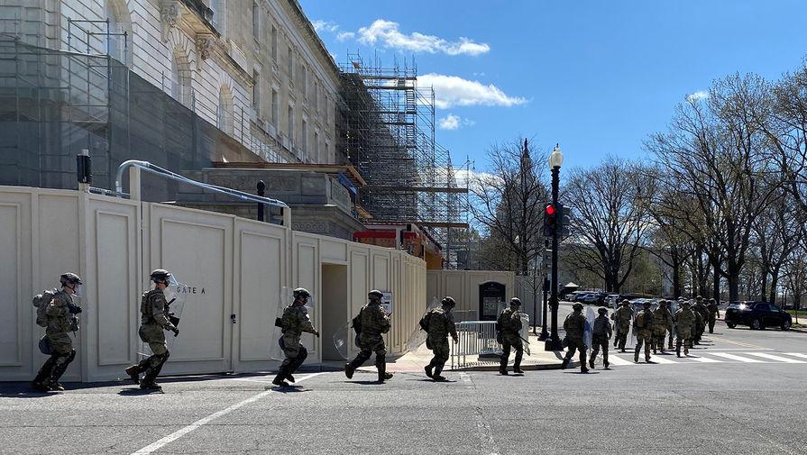 Военнослужащие нацгвардии США на месте инцидента около Капитолия в Вашингтоне, 2 апреля 2021 года