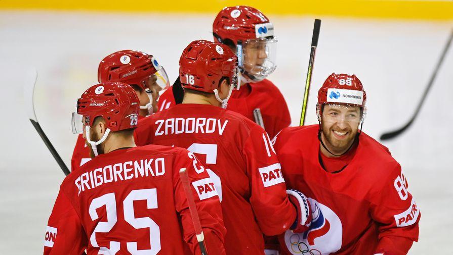 Игроки сборной России празднуют гол в ворота команды Белоруссии в матче группового этапа чемпионата мира по хоккею — 2021