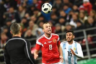 Справа налево: Эдуардо Сальвио (Аргентина) и Денис Глушаков (Россия) в товарищеском матче по футболу между сборными России и Аргентины.