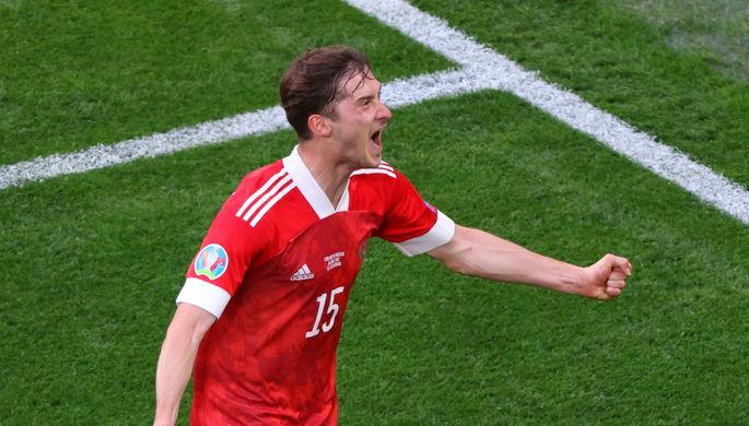 Алексей Миранчук отмечает свой гол в матче Россия — Финляндия на Евро