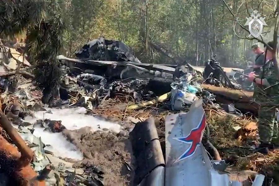 Обломки наместе крушения опытного образца военно-транспортного самолета Ил-112В вПодмосковье, 17 августа 2021 года