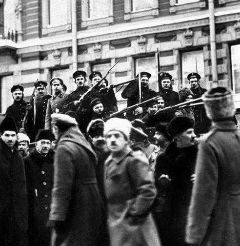 Матросы с крейсера «Аврора» присоединяются к восставшему народу во время Февральской революции. Петроград, 1917 год